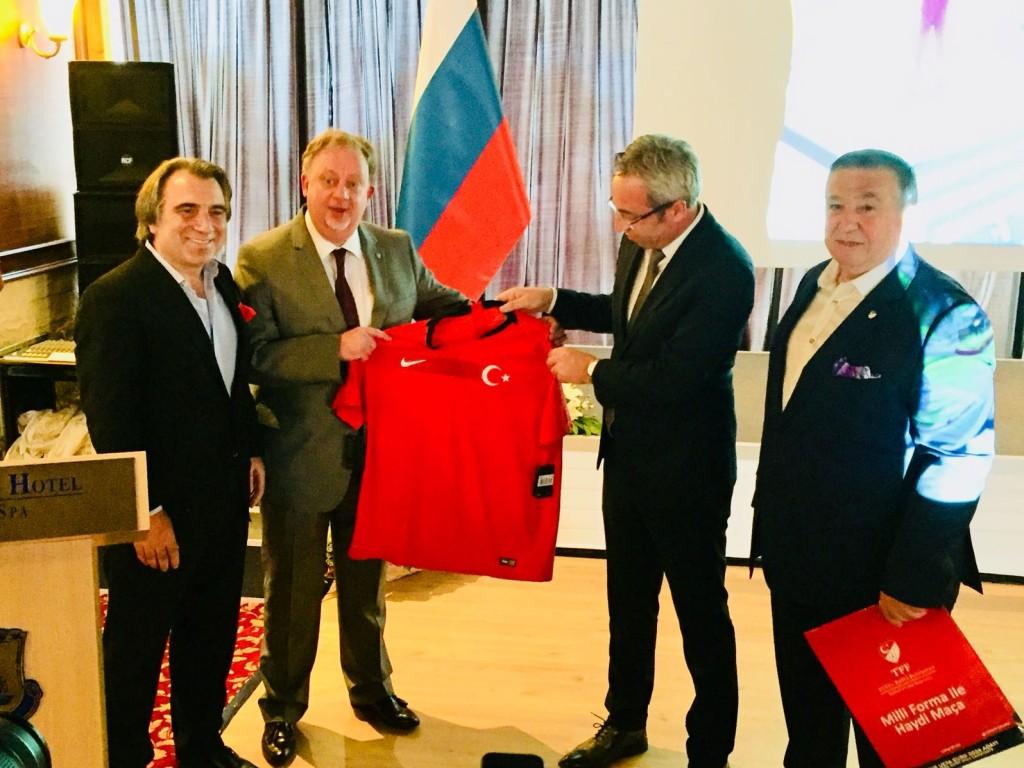 Rus Konsolosuna Milli Maç Forması hediye edildi